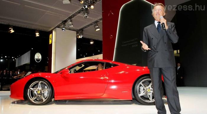 Ferrari és Masretai áll a garázsában