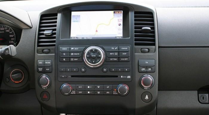 A telefonon lévő zene Bluetooth-kapcsolaton át szól az autóban