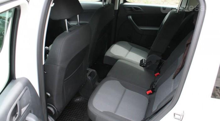 Ügyes a tologatható és több részletben kivehető hátsó ülés