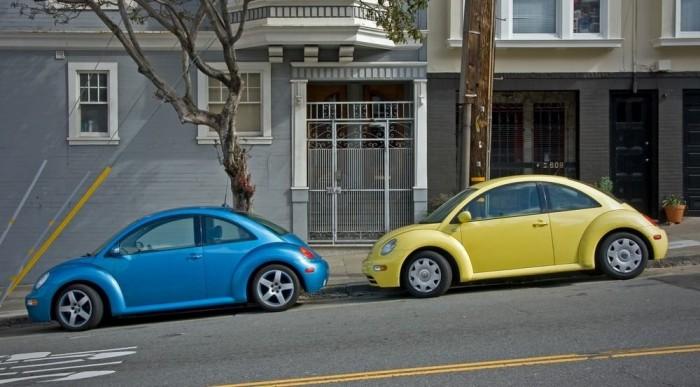 Lejtőn így érdemes parkolni, elkerülendő, hogy az autónk önállósítsa magát