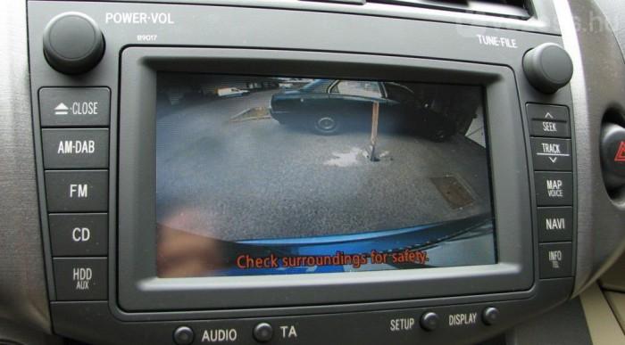 Hasznos holmi a tolatókamera, de a legkisebb esőben bemaszatolódik az objektív