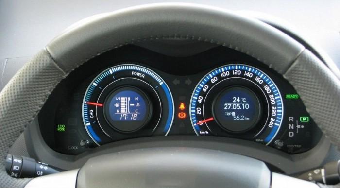 A sebességmérő belsejében nézhető, honnan merre áramlik épp az energia
