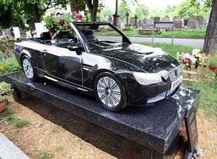 Szomorú vasárnap - Gránitból faragott autós sírkövek