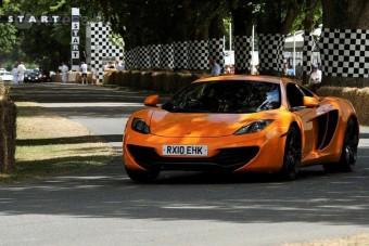 F1-sztárok a McLaren utcai autójában - videó