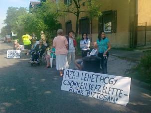 A zajvédőfal ellen tüntettek a Nagykőrösin