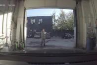 A mosós srác picit megrémült, amikor meglátta, mi van a nő autójában 2