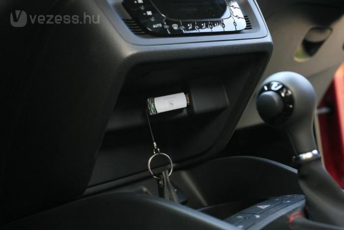 Pocsék helyen van az USB-csatlakozó, mindez 2010-ben