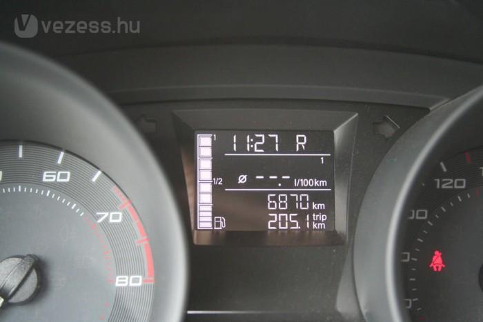 Tényleg takarékos az autó, de 200 km után nem illene telit mutatnia a primitív digitális kijelzőnek. És hol a vízhőfokmérő?
