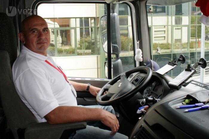 Küri István 1977-ben kezdett teherautót vezetni. Ha nem látjuk, nem hisszük el, hogy kamionnal be lehet tolatni a Sanoma udvarára