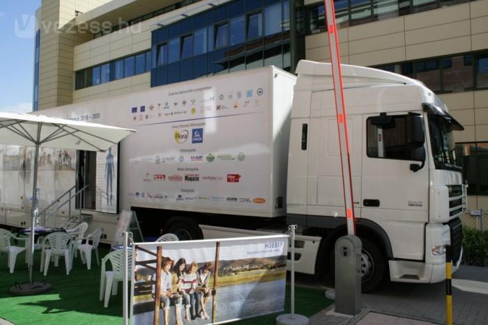 Alig 28 liter a fogyasztás a 9-9,5 tonnás pótkocsival. A tank itt kisebb, de akár 1200 literes is lehetne