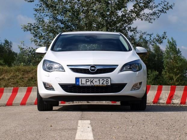 Szemből összetévesztethetetlenül Opel