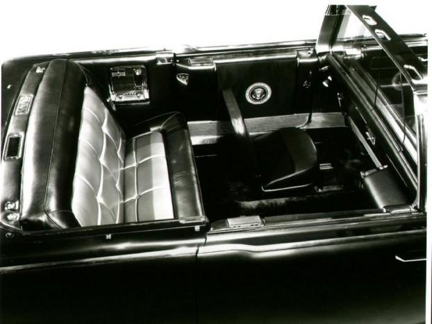 A hátsó ülés hidraulikusan emelhető volt.