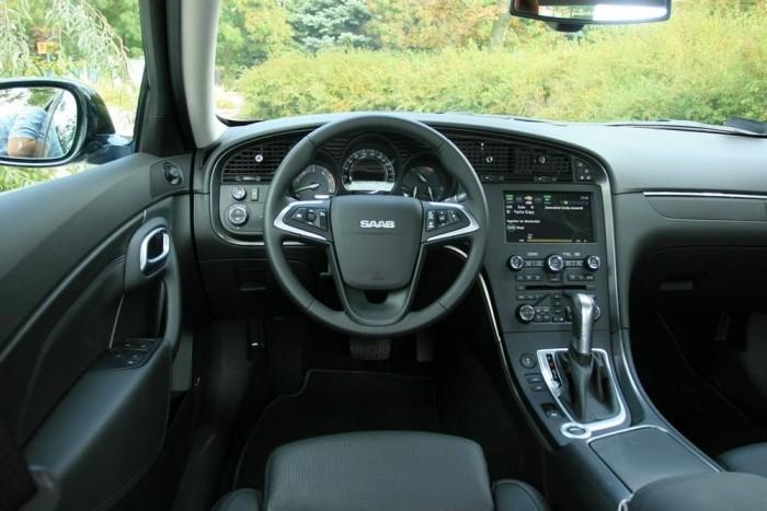 A Night Panel gomb és a légbeömlők mellett a műszerfal formája juttatja eszünkbe a klasszikus Saab modelleket