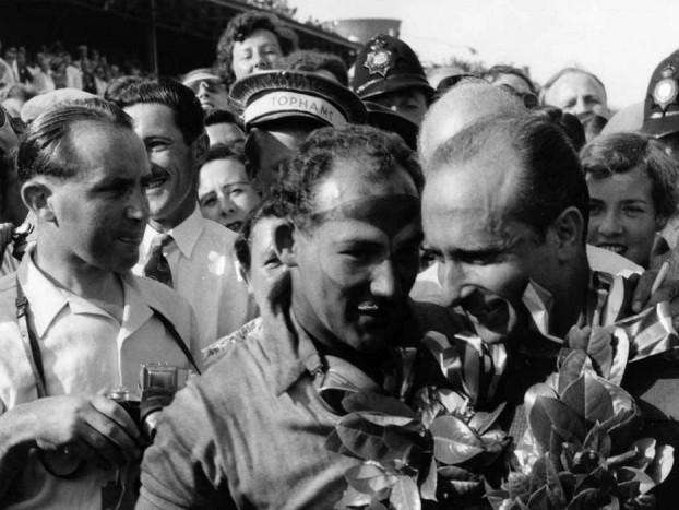 Stirling Moss és Juan Manuel Fangio a az 1955-ös silverstone-i futam után. Az argentin ekkor már 44 éves volt és ebben az évben is megnyerte a világbajnokságot.