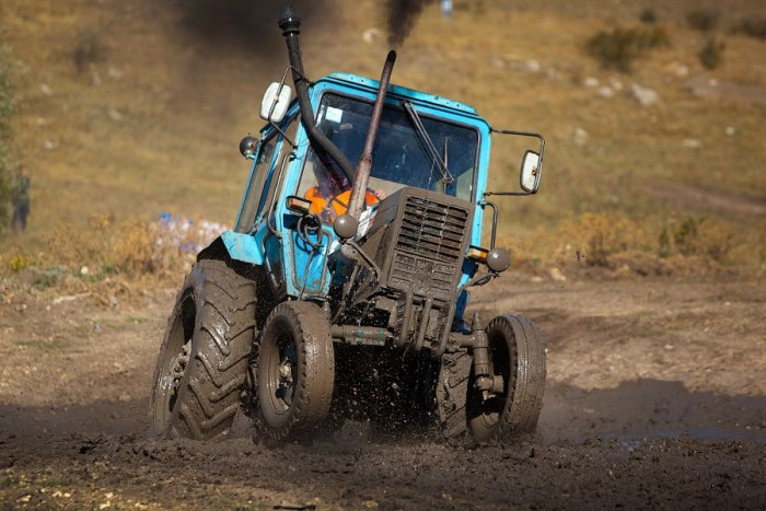 Az oroszok tudnak élni! Nálunk csak ekét húznak a Belarus traktorok, odaát meg fesztivált rendeznek a gépesített földtúrók előtt tisztelegve!