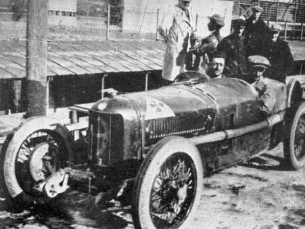 Antonio Ascari és Alfa Romeo versenyautója