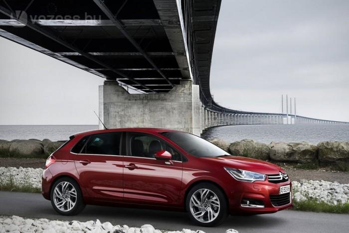 4 430 000 Ft az1,4 VTi alapára. Az Astra J 1,4 400 ezerrel drágább, a Focusban 4 250 000 forintért nincs légkondi és függönylégzsák