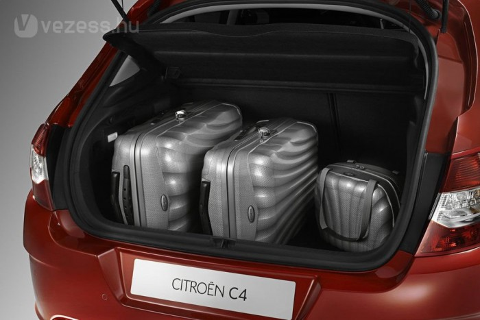 380 literrel a legjobbak között van, mert ez normál pótkerékkel értendő. Mankókerékkel 408 literes a tér