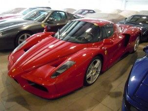 25 Ferrari eladó egy kézből