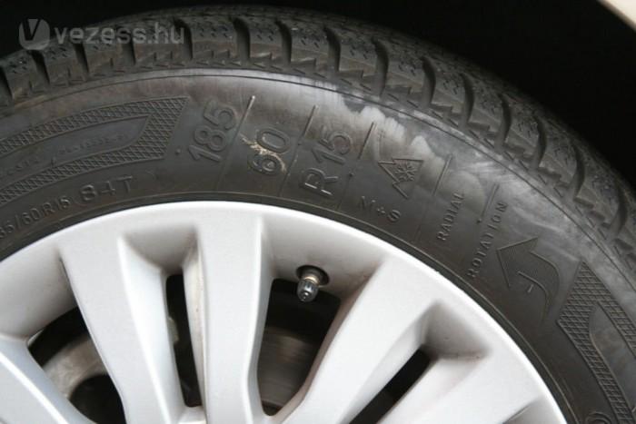 M+S jelzés és hópihe is legyen az oldalfalán. 4 mm profilmélység alatt már ne használjuk a téli gumit!