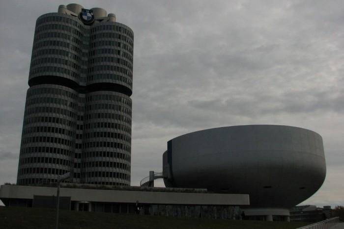 A Négyhengeres, a BMW irodaháza, mellette a Salátástál, a múzeum eredeti épülete
