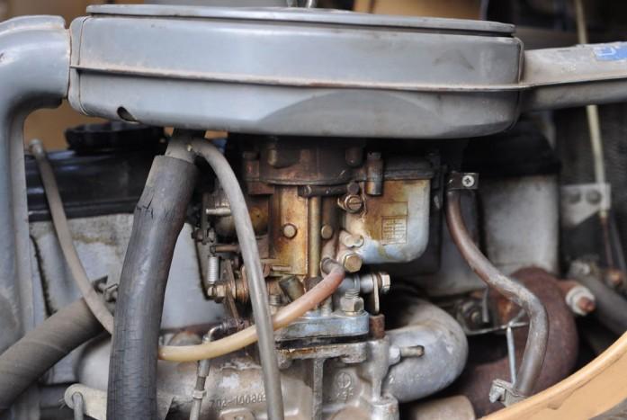A vákuumcső mellett a réz színű hat lapfejű csavart kicsavarva férhetünk az üzemanyag fúvókához
