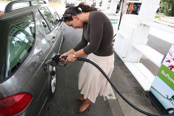 Egy flexifuel autóban tetszőleges mennyiségben egymásra tankolható az etanol és a sima benzin