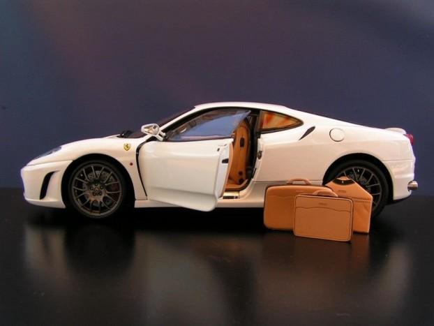 Ferrari márkájú aktatáska, bőrönd és öltönytartó jár a modellhez