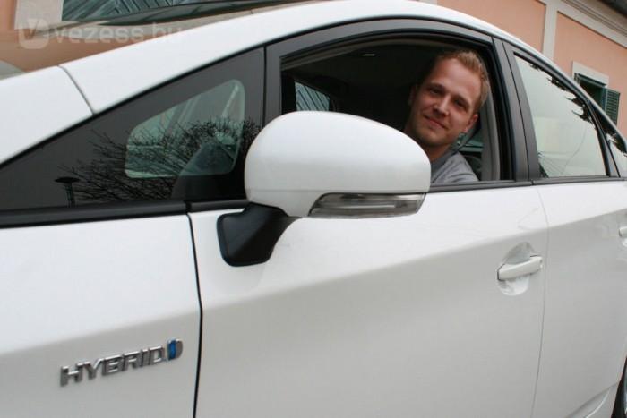 Norbert még soha nem vezetett hibridet, de könnyen boldogult a Priusban. Pont olyan egyszerű vezetni, mint bármilyen automata váltós kocsit