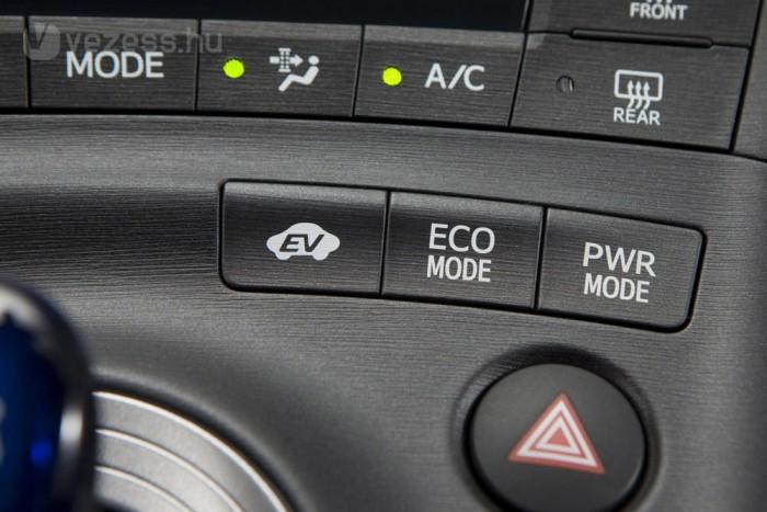 Finoman gyorsítva kilométereken át elektromosan mehet a Prius, nem büdösít és nem fogyaszt benzint