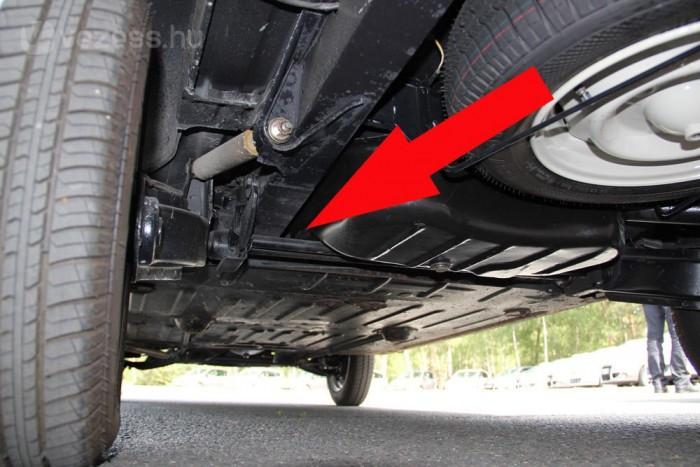 Az R4 és az R16-is torziós rugózású. A keresztben torziós rudak helyigénye miatt az autó aszimmetrikus, tengelytávja nem azonos a két oldalon