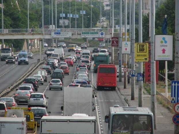 A biciklisekkel is ki van tolva: beszorulhatnak szabályosan a buszok és az autók közé, vagy mehetnek szabálytalanul a járdán