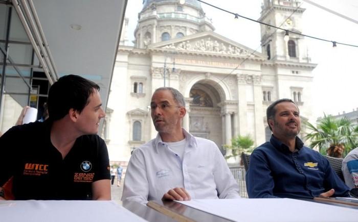 Michelisz Norbert a Chevrolet gyári menőivel, Menuvel és Mullerrel haverkodott a csütörtöki WTCC-sajtótájékoztatón
