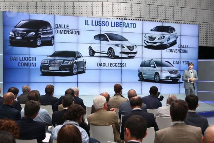 Lassan húsz éve parancsolta vissza a FIAT a Lanciat a ralipályákról, mondván az Alfa Romeo a konszern sportos márkája. Viszont azóta sem tudták kitalálni, mi legyen a Lancia sorsa. A legújabb ötlet: összeolvasztani a Chryslerrel, így a Lancia patinás nevén futnak egy másik világnak tervezett, mélyen jenki autók