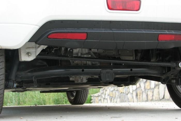 Egyszerű, de praktikus a Panhard-rudas hátsó futómű. Stabil és kényelmes vele a kocsi