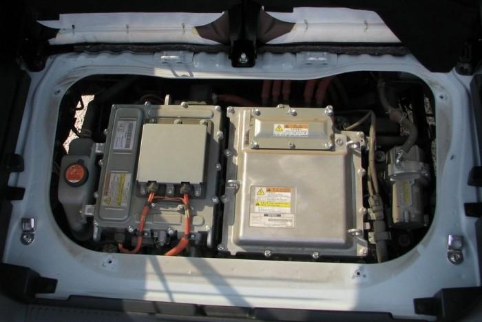 A motor a csomagtartó alja alatt