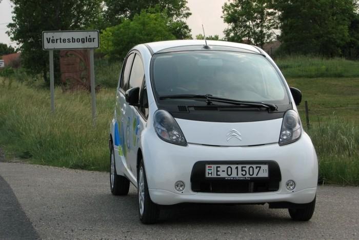 A C-Zeróval nyáron oda-vissza megoldható az ötven kilométeres napi ingázás, de télen, fűtéssel is tudna jó 60 kilométert a kocsi az osztrák autóklub tesztje szerint