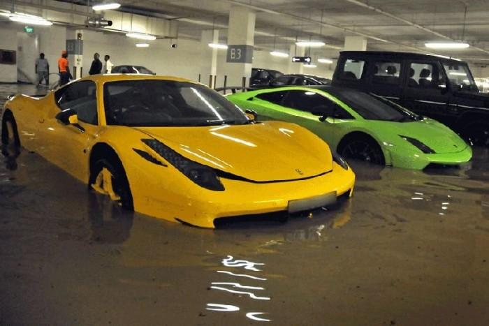 Erre senki sem számított a milliomosnegyedben, a Ferrari 458 Italia, Lamborghini Gallardo, és a Porsche 911 RS2 tulajdonosai tehetetlenül szemlélik a koszos lében úszó méregdrága gépeket.