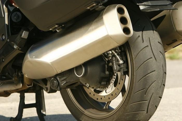 A BMW válasza a chopperesek Shotgun-kipufogóira