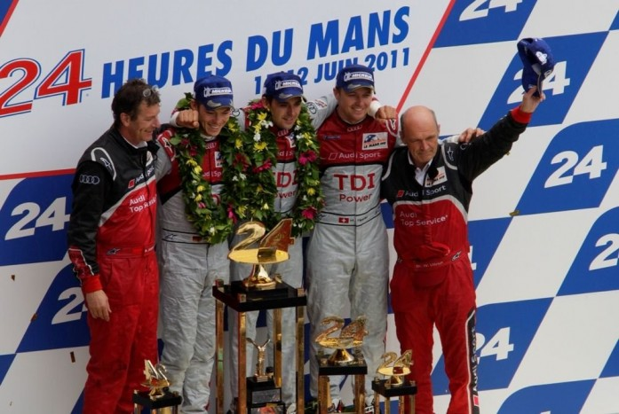 Az Audi győztes triumvirátusa, Lotterer, Tréluyer, Fässler és Wolfgang Ullrich csapatfőnök a Le Mans-i dobogón