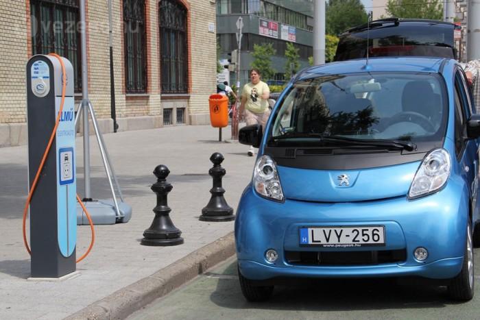 Buszsávhasználattal és ingyenes parkolással illene segíteni a kevésbé környezetszennyező autók terjedését az önkormányzatoknak és az államnak