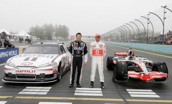 Videó: Hamilton a NASCAR-bajnok kocsiját vezeti