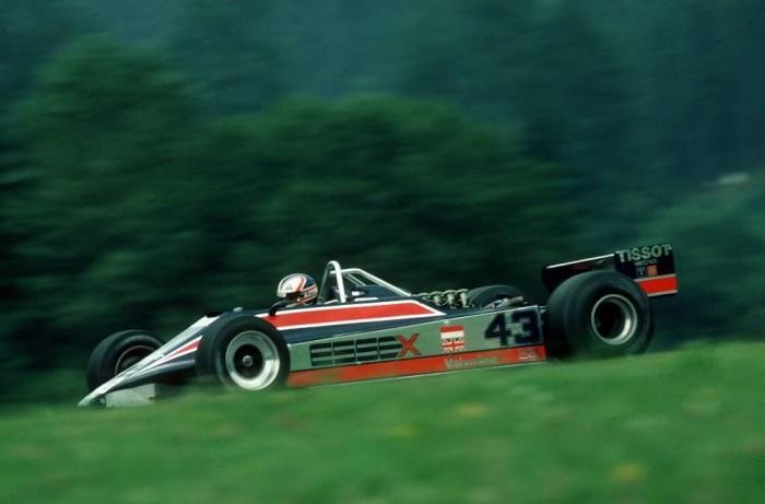 Mansell legelső F1-es autóját, az 1980-as Lotus 81-est vezethette