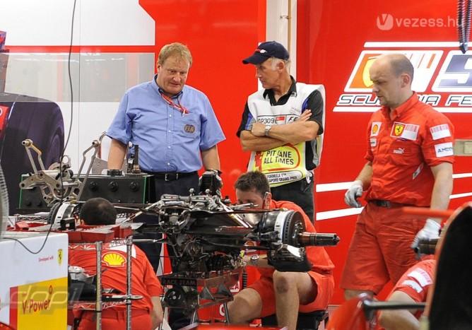 Váltószerelés a Ferrarinál. A háttérben Jo Bauer, az FIA műszaki ellenőre