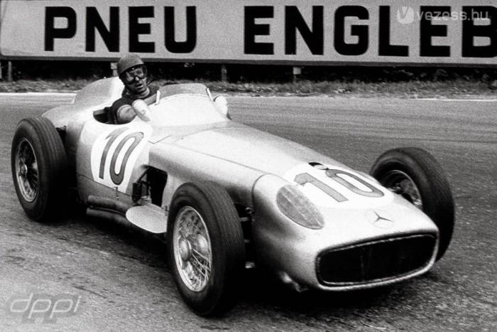 Fangio nyújtott karos, letisztult vezetési stílusáról volt felismerhető