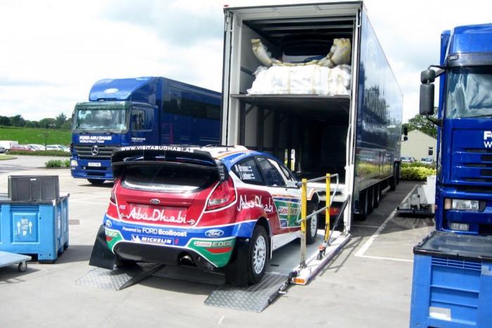 Az európai versenyekre kamionban érkeznek a versenyautók