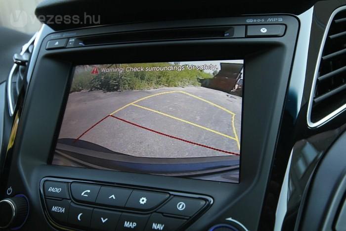 Szép kijelzőjű tolatókamera segít a parkolásban