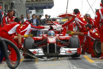 Alonso: A Ferrarinak kockáztatnia kell