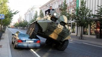 Harckocsival taposta szét a tilosban parkolót