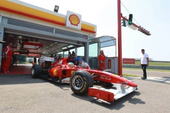 F1: Alonso utcai benzinnel tesztelte a Ferrarit